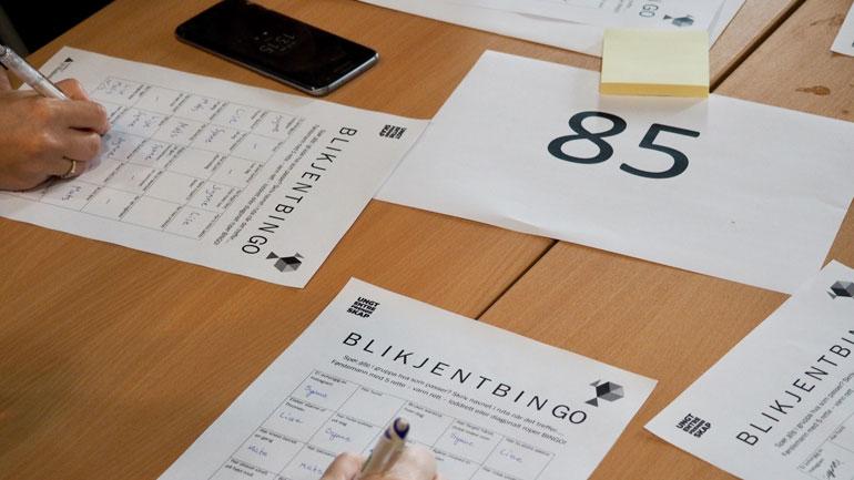 Bruker bingo for å bli kjent. Foto