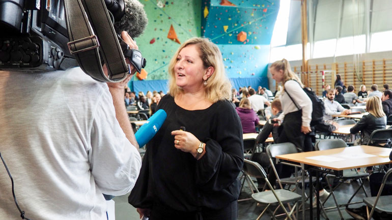 Sanda Knutson blir intervjuet av NRK