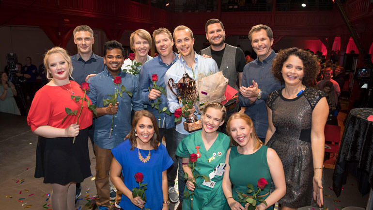 Alle deltakerne i Forsker Grand Prix sammen med konferansier Nadia Hasnaoui (t.h.) og direktør i Norges Forskningsråd John-Arne Røttingen (nr. 2 til høyre).