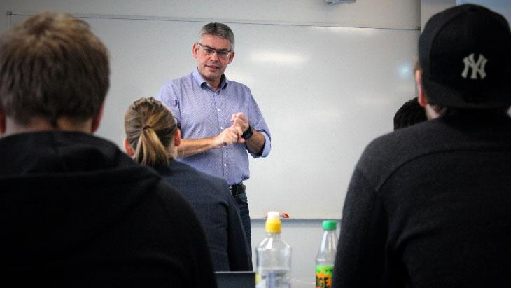 På tvers: Høgskolelektor Ståle Vikhagen, her under #hack4nos studentdag, mener IT-studenter bør lære seg verdien av å jobbe tverrfaglig. Foto: Stian Kristoffer Sande.