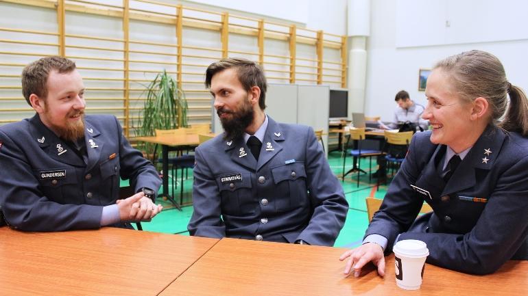 Først: Korporal Sveinung Gundersen (f.v.), korporal Espen Strømsvåg og kaptein Ida Marie Frøseth er blant de første fra Forsvarets ingeniørhøgskole som deltar på #hack4no.