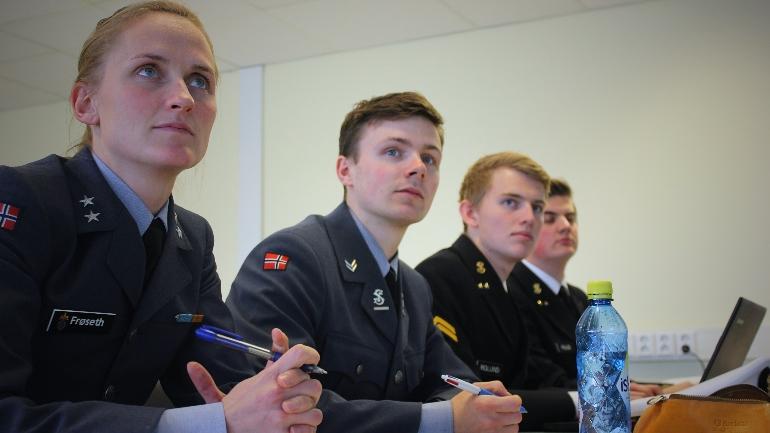 Kaptein Ida Marie Frøseth med studenter under en av torsdagens foredrag.