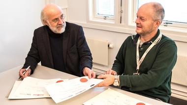 Rektor leverer signerte vitnemål til professor Knut E Aasmundtveit.