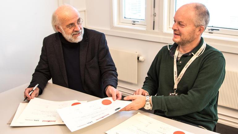 "Professor Knut Aasmundtveit sammen med rektor Petter Aasen, som signerte vitnemål til 16 studenter fra 13 forskjellige land på Erasmus Mundus-masteren ""Joint Master in Smart Systems Integration"" i 2017. Foto"
