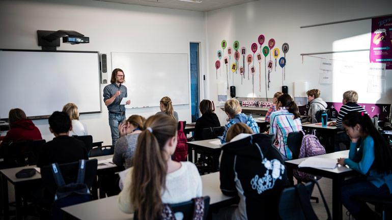 En lærer undervisning i et klasserom.