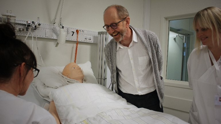 Døråpner: Stig Frydenlund, leder for simuleringssenteret ved Sykehuset Telemark, mener det oppgraderte SIM-senteret åpner dørene for mer og bredere kompetanseheving i regionen.