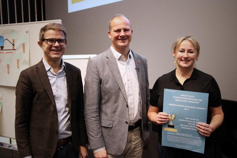 Olav Madland, administrerende direktør i Applied Autonomy AS og samferdselminister Ketil Solvik-Olsen gratulerte Jurate Schønning for seieren i studentkonkurransen.