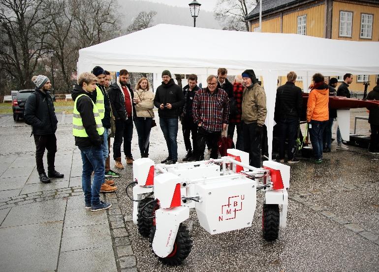 En autonom maskin blir vist frem for tilskuere på Kirketorget i Kongsberg under Applied Autonomy Summit.