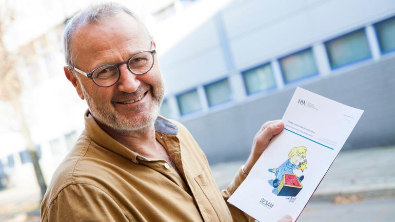 Lars Ueland Kobro holder rapporten som ble overlevert tre departementer før helgen.