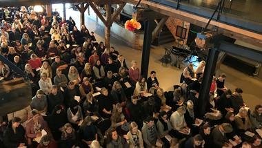 Fullsatt sal med publikum