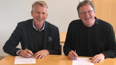 Prorektor Kristian Bogen og Vinje-ordførar Jon-Rikard Kleven skreiv under samarbeidsavtala.