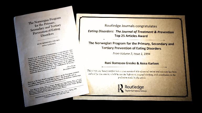 Fagartikkel av Børresen og Karlsen og diplomet med Routledge Journals.