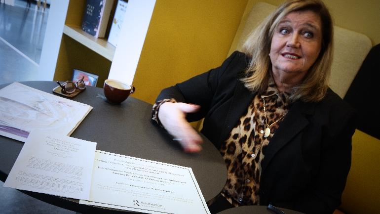 Runi Børresen på cafe på Papirbredden 1 og forteller om sitt arbeid med forebygging av spiseforstyrrelser.