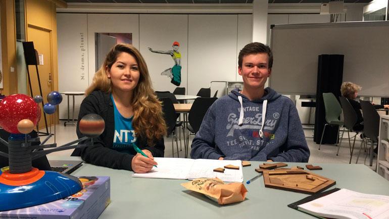 ENT3R-leder på Kongsberg hjelper en ungdomskole-elev.