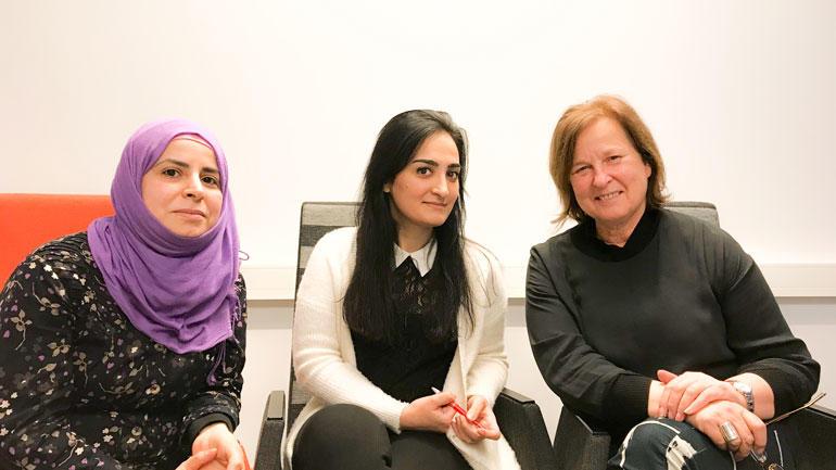 - HSN ønsker å være et skritt på veien inn i arbeidslivet, også for flyktninger, sier seniorrådgiver Nina Martinsen, ytterst til høyre, sammen med f.v. Esraa og Amani. Foto: Jan-Henrik Kulberg