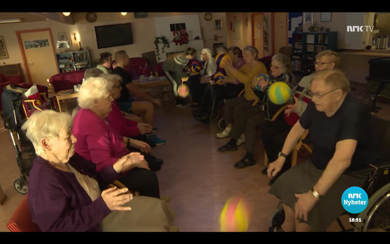 Balleik: Det er høgt tempo og mykje humør når idrettstudentane frå studiestad Bø trenar eldre på Furuheim bu- og aktivitetssenter. Foto: NRK