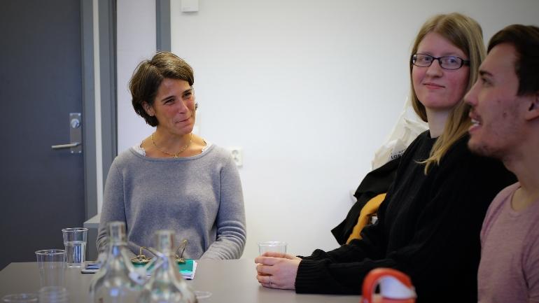 Pernille Astrup lytter til kursdeltakere under Mindfulness-kurset hun holdt 15. november.