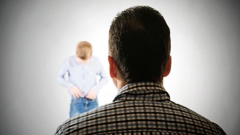 Voksen person kikker på et barn.