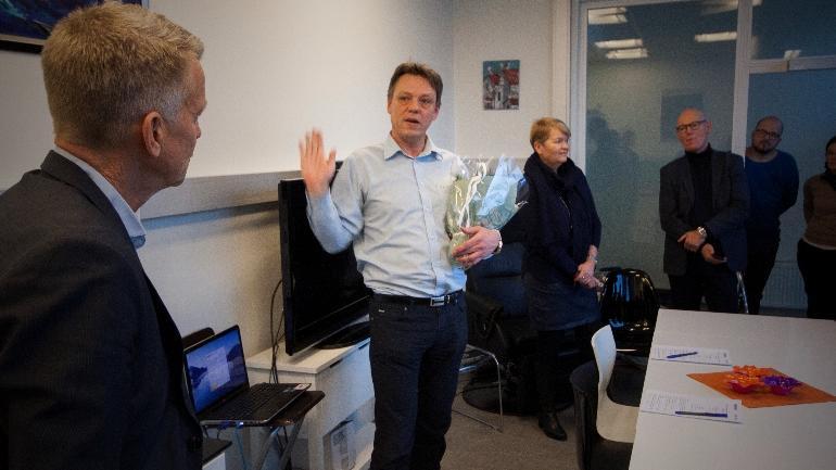 Conexus-sjef Steinar Evensen prater til prorektor Kristian Bogen under markeringen av at førstnevnte blir HSNs nye FoUI-ekspert.