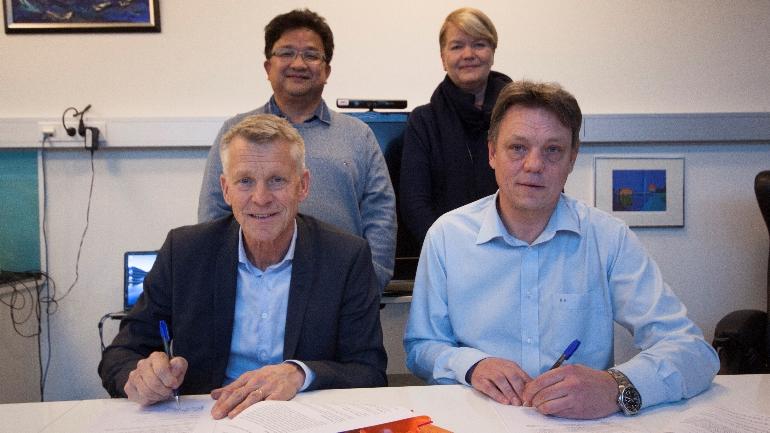 Prorektor Nils Kristian Bogen skriver under på samarbeidsavtalen på vegne av HSN. Til stedet er også Conexus-sjef Steinar Evensen, prosjektleder for HSN-partnerskap Duy Tho Do og dekan Heidi Kapstad. Foto: Stian Kristoffer Sande.