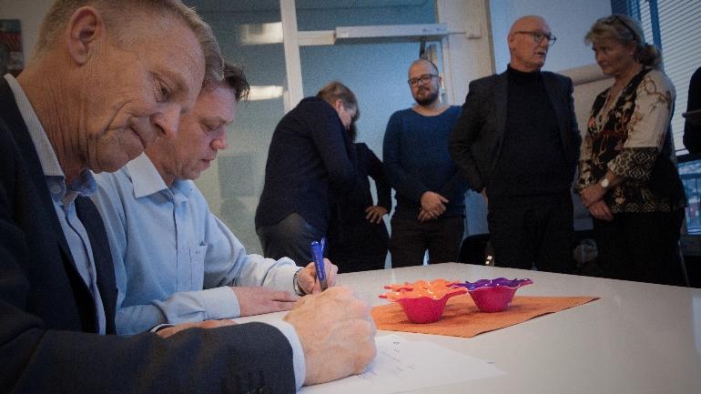 Prorektor Kristian Bogen og Conexus-sjef Steinar Evensen skriver under på FoUI-kontraktene.