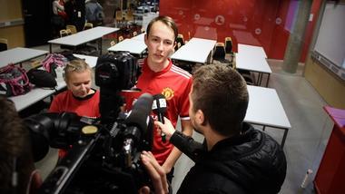 Elever ved Thor Heyerdahl VGS blir intervjuet av TV2