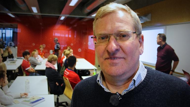 Lasse Sonne like før forelesingen for idrettselevene ved Thor Heyerdahl VGS i Larvik.