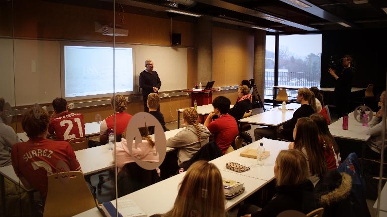 Lasse Sonne underviser idrettelevene ved Thor Heyerdahl VGS om den industrielle revolusjonene i England.