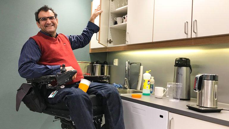 Sykepleier Ali Bakhtiari sitter i rullestol, men er i akademisk praksis på campus Notodden.  Foto