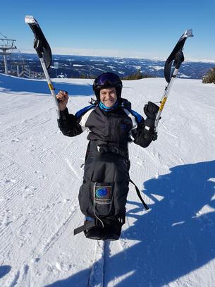 Ali på sit-ski. Foto
