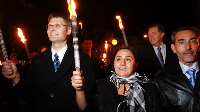 I fakkeltog etter pristildelingen i Bergen i 2009. Til høyre for henne går mannen Ilgar Nasibov. Foran til venstre formann i Raftopris-komiteen 2009, Arne Liljedahl Lynngård. Bak til høyre, ordfører i Bergen, Gunnar Bakke. Foto: Gunta Venge/the Rafto Foundation.