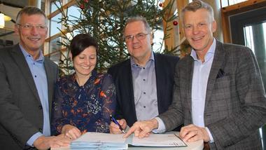 F.v. Steinar Haugli (banksjef Sparebank 1 Ringerike Hadeland), Ellen Ø. Aamodt (Økonomiklyngen), Runar Krokvik (Sparebankstiftelsen) og prorektor Nils Kristian Bogen klare for avtalesignering.