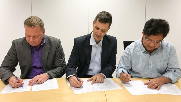 Signering av avtalen. Foto