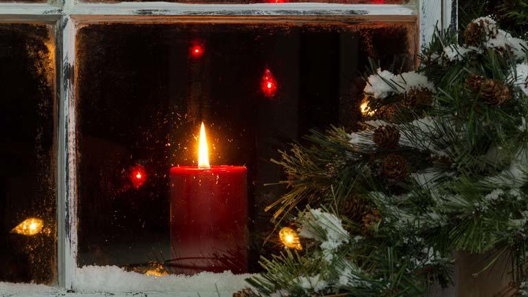 På utsida: Før i tida søkte folk utanfor den varme julestua for å få greie på kva framtida ville bringe av kjærleik, liv og død.