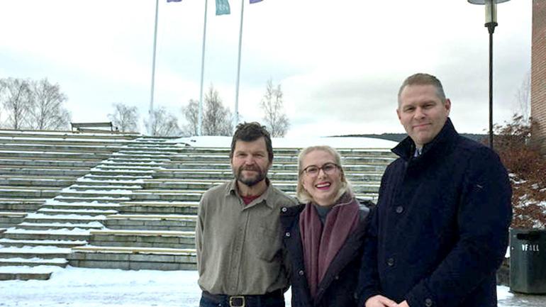 Tre personer utenfor campus Bø.