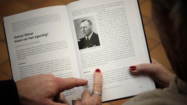 Bildet viser en dobbelside i årboka, der kapittelet om Steinar Klevar starter.