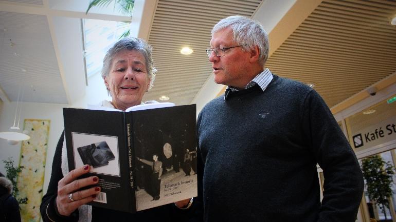 Professor Schrumpf og professor Agøy titter på årboka til Telemark historielag.