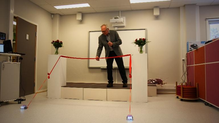 Styreleder Rune Nilsen klipper snoren ved åpningen av DigTekLab