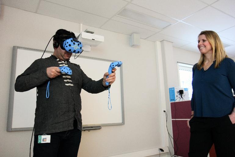 Person tester ut VR-briller i DigTekLab