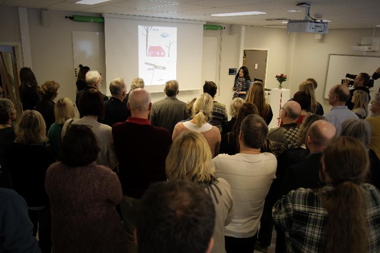 Besøkende lytter til foredrag under åpningen av DigTekLab