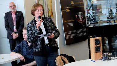 Lise Christoffersen taler på åpning av jubileumsutstilling til Den norske Helsingforskomité på campus Drammen: Foto NHC