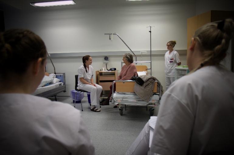 Student øver kommunikasjon på pasient. foto