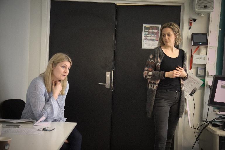 Øsp Egilsdottir og Kirsten Byermoen holder undervisning. foto.