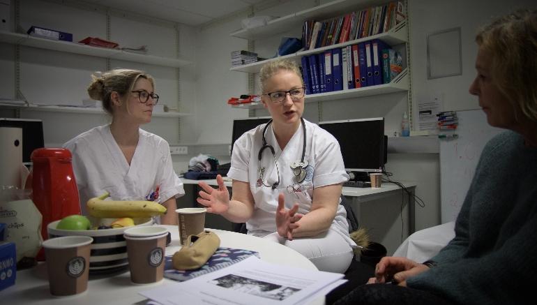 Studenter og Hilde Eide diskuterer G-SKUV. foto.