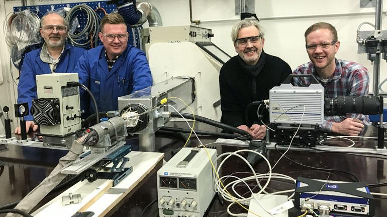 I laben ved campus Porsgrunn jobbes det med å utvikle nøyaktig 3D-printing uten bruk av varme. F.v: Stein Helleborg (faglig oppdragsansvarlig), André Vagner Gaathaug (førsteamanuensis/forsker HSN), Lasse Gumpen (innehaver Kraemer AS), Joachim Lundberg (førsteamanuensis/prosjektleder HSN). Foto: Jan-Henrik Kulberg