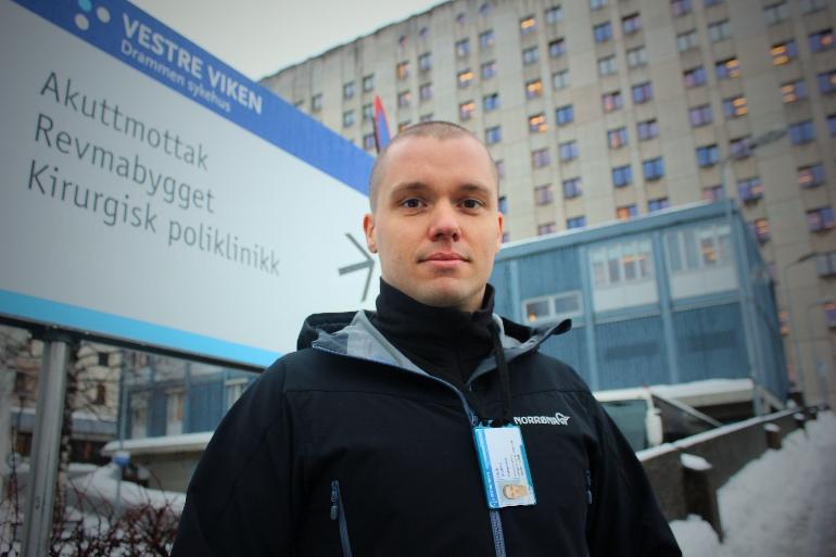 Eirik Andre Stokke utenfor Drammen sykehus. foto.