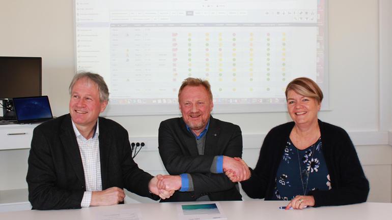 Morten Chr. Melaaen, dekan ved Fakultet for teknologi, naturvitenskap og maritime fag, administrerende direktør i Imatis Morten Andersen og dekan for Fakultet for helse-  og sosialvitenskap Heidi Kapstad signerer avtalen.