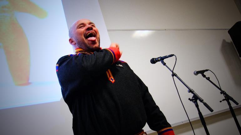 Mikkel Gaup joiker. foto.