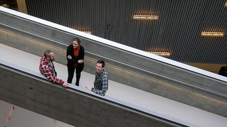 Simen Moe og Eirik Fallrød, Aker Solutions, og Jenny C. N. Johansen, Nexans i deres første år på HSN Industriakademi.