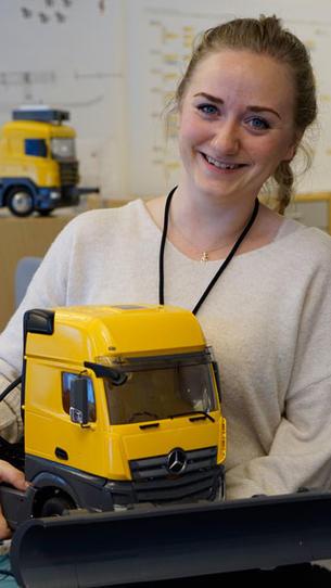 Student med minibrøytebil